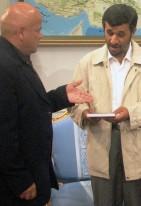 Luis Arias Manzo Regala libro a Mahmud Ahmadineyad 2007