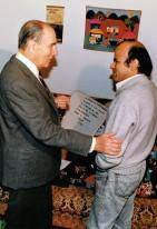 François Mitterrand saluda a Luis Arias Manzo por triunfo plebiscito de Chile